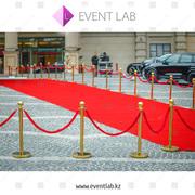 Красная ковровая дорожка с VIP ограждениями.